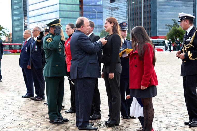 Sandra Poveda reçoit une médaille de mérite du ministère de la Défense de la Colombie.