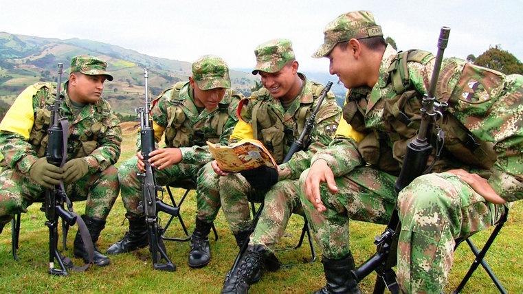 Des soldats de l'armée colombienne lisent l'histoire des droits de l'homme.