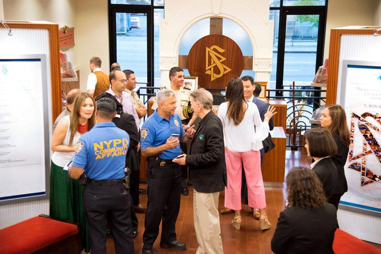 La police de New York et des directeurs d'associations lors d'une visite guidée de l'église de Scientology de Harlem.